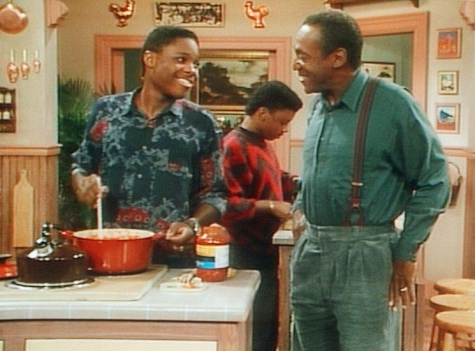Um die Zustimmung zum Flugscheinprojekt zu bekommen, kocht Theo (Malcolm-Jamal Warner, l.) mit Cockroach (Carl Payne, M) sogar das Abendessen. Cliff... - Bildquelle: Viacom