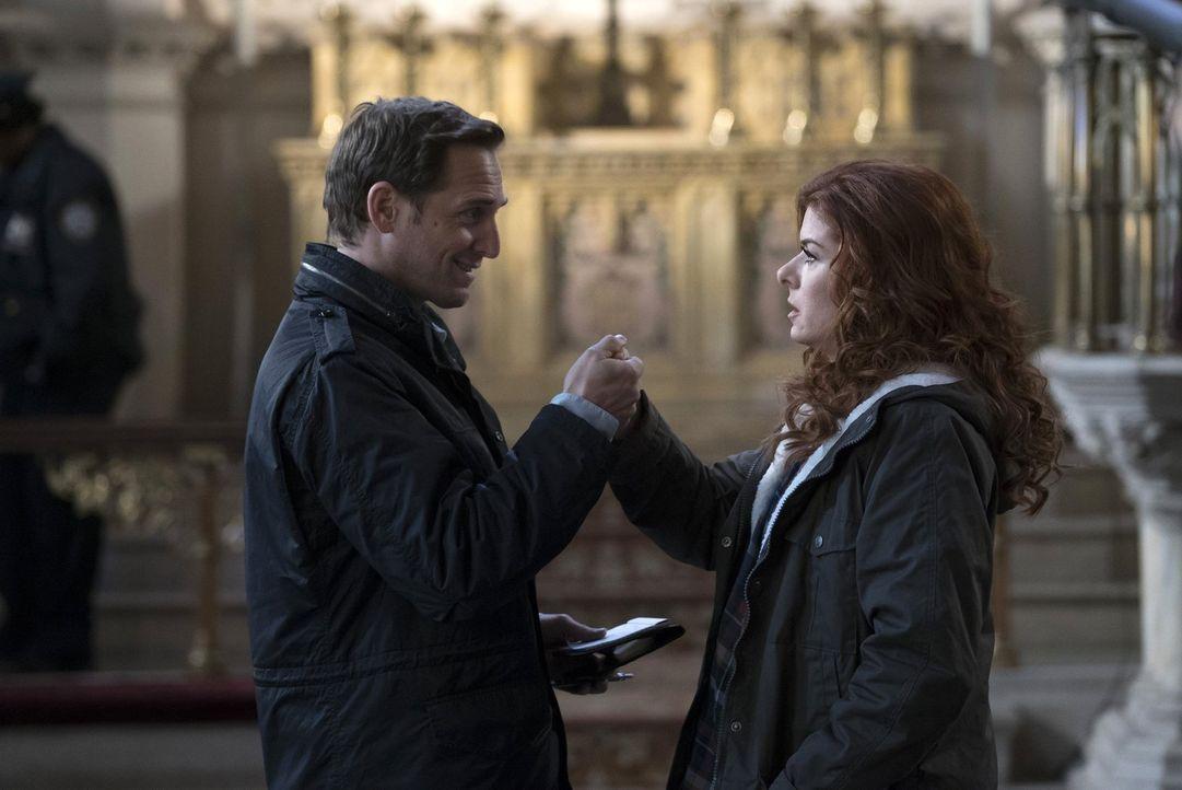 Während Laura (Debra Messing, r.) privat so einige Probleme hat, sich zwischen Jake (Josh Lucas, l.) und Tony zu entscheiden, stößt sie auch berufli... - Bildquelle: 2015 Warner Bros. Entertainment, Inc.