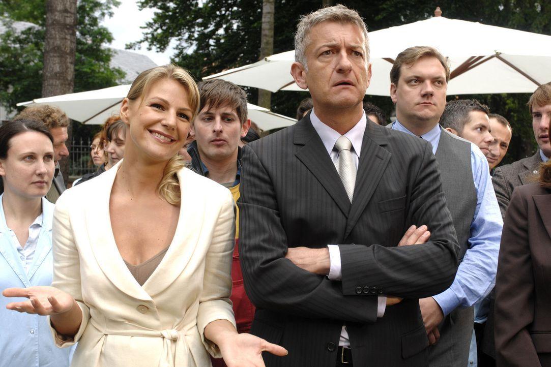 Pit (Dominic Raacke, r.) glaubt zu träumen. Der scheidende Geschäftsführer ernennt nicht ihn zu seinem Nachfolger, sondern Katharina Kessler (Sop... - Bildquelle: Sat.1