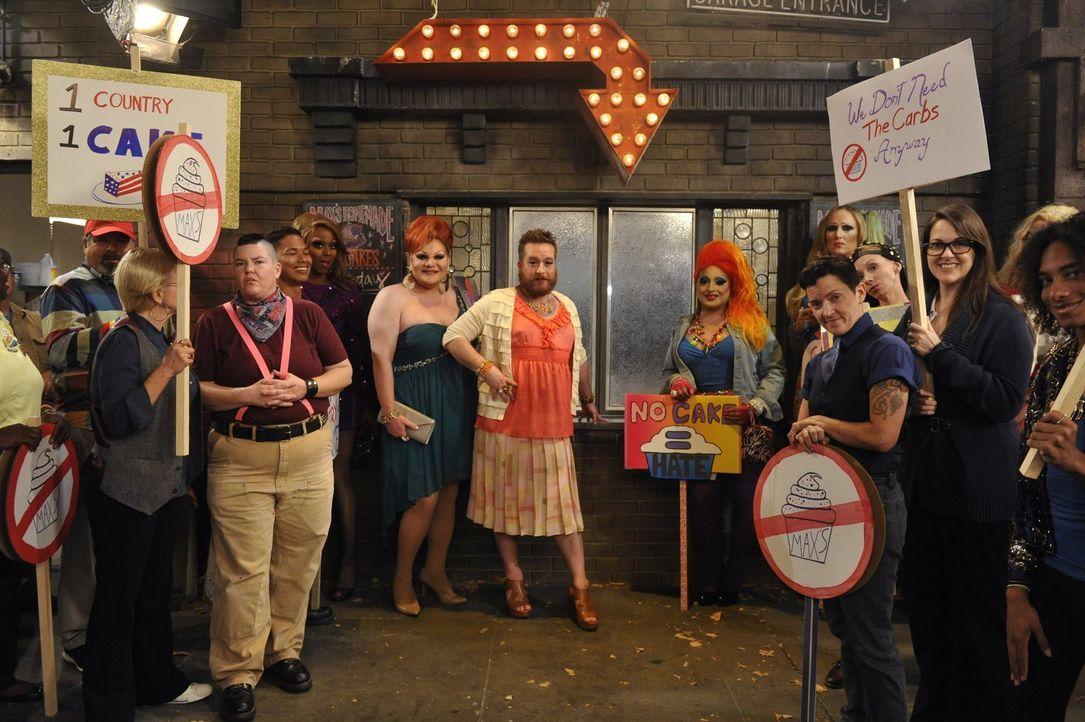 Der Künstler I (Michael Cyril Creighton, M.) zettelt einen Boykott des Diners und Cupcake-Shops an, als er sich von Caroline und Max diskriminiert f... - Bildquelle: Warner Brothers