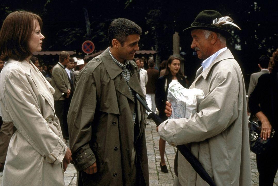 Erste Hinweise kann der russische Offizier Dimitri Vertikoff (Armin Müller-Stahl, r.) Thomas (George Clooney, M.) und Julia (Nicole Kidman, l.) gebe... - Bildquelle: DreamWorks SKG