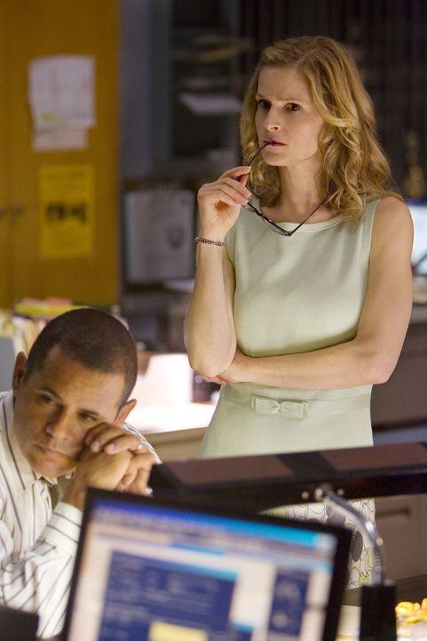 Nachdem die Spurensicherung am Tatort Blut von mindestens drei Menschen sicherstellt, werden Brenda (Kyra Sedgwick, r.) und Detective Sanchez (Raymo... - Bildquelle: Warner Brothers