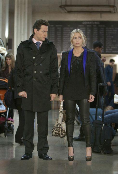 Noch immer glaubt Andrew (Ioan Gruffudd, l.), dass Bridget (Sarah Michelle Gellar, r.) seine Ehefrau Shiobahn ist ... - Bildquelle: 2011 THE CW NETWORK, LLC. ALL RIGHTS RESERVED