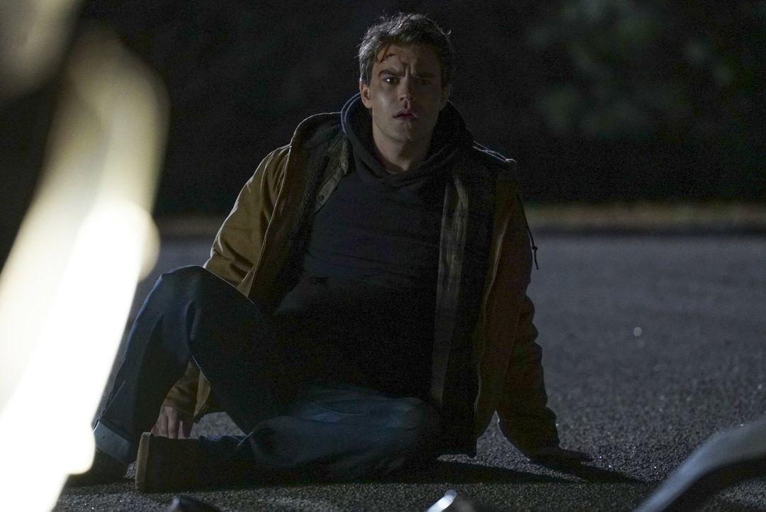 Stefan (Paul Wesley) wacht mitten auf der Straße neben einem grausamen Unfall auf. Ist das Realität oder seine Hölle im Phoenix-Stein? - Bildquelle: Warner Bros. Entertainment, Inc.