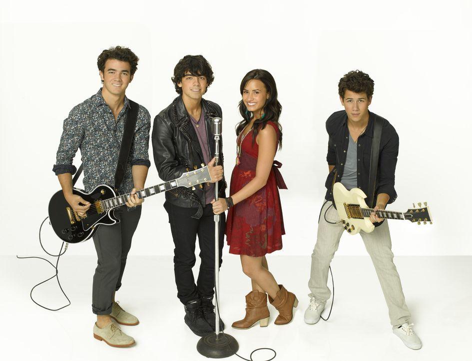(v.l.n.r.) Jason (Kevin Jonas), Shane (Joe Jonas), Mitchie (Demi Lovato) und Nate (Nick Jonas) haben Konkurrenz auf der anderen Seite des Sees bekom... - Bildquelle: Disney