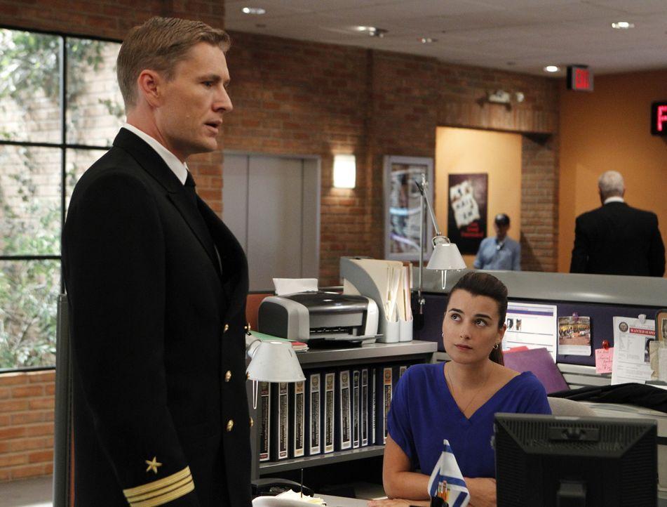 Ziva David (Cote de Pablo, r.) und ihre Kollegen ermitteln in einem neuen Fall, bei dem Navy Lieutenant Commander Geoffrey Brett (Brett Tucker, l.)... - Bildquelle: CBS Television