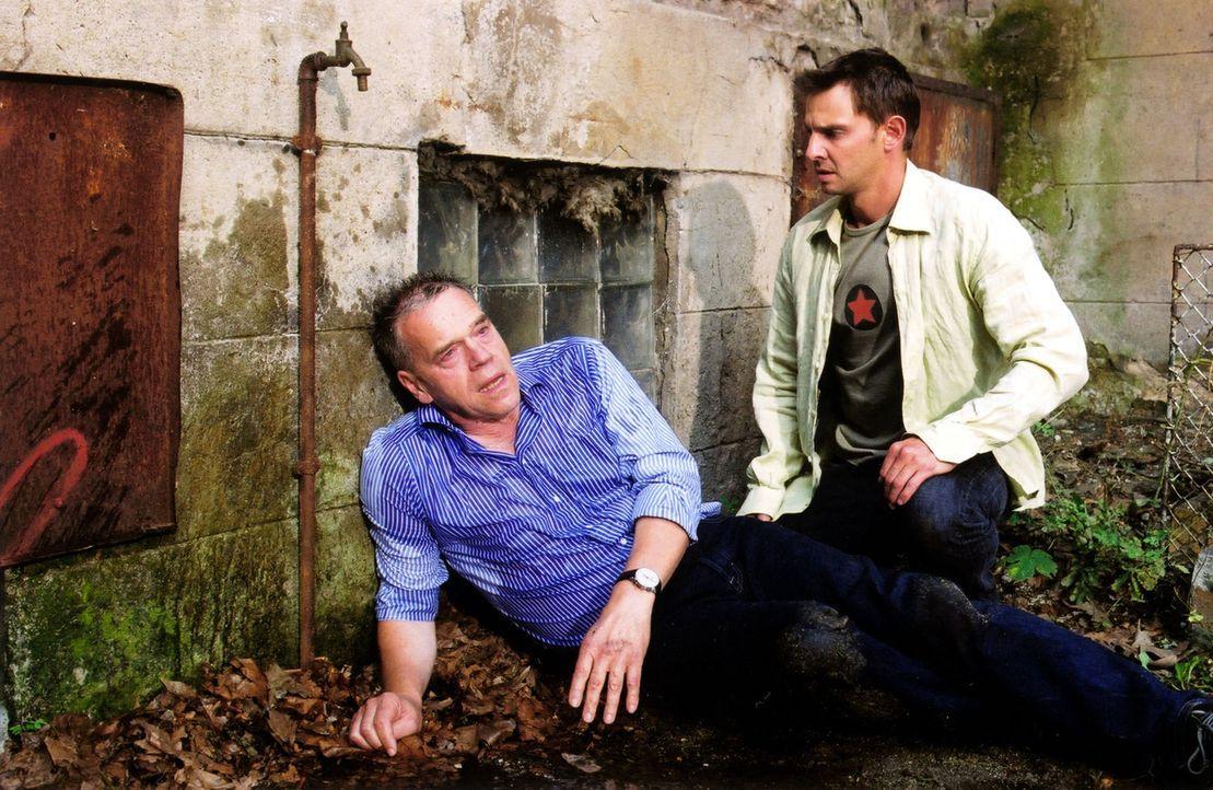 Tom (Steven Merting, r.) findet Kommissar Wolff (Jürgen Heinrich, l.), der von einem Unbekannten zusammengeschlagen wurde. Außerdem kann Wolff nicht... - Bildquelle: Claudius Pflug Sat.1