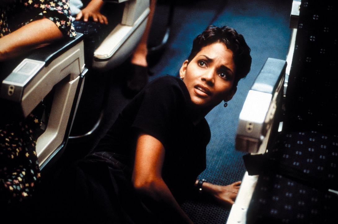 Versucht, David Grant bei seiner Rettungsaktion zu helfen: Flugbegleiterin Jean (Halle Berry) ... - Bildquelle: Warner Bros. Pictures