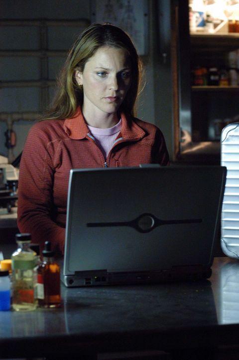 Verzweifelt sucht Natalie (Kelli Williams) nach einer Antwort, um Powell das Leben zu retten ... - Bildquelle: CBS Television