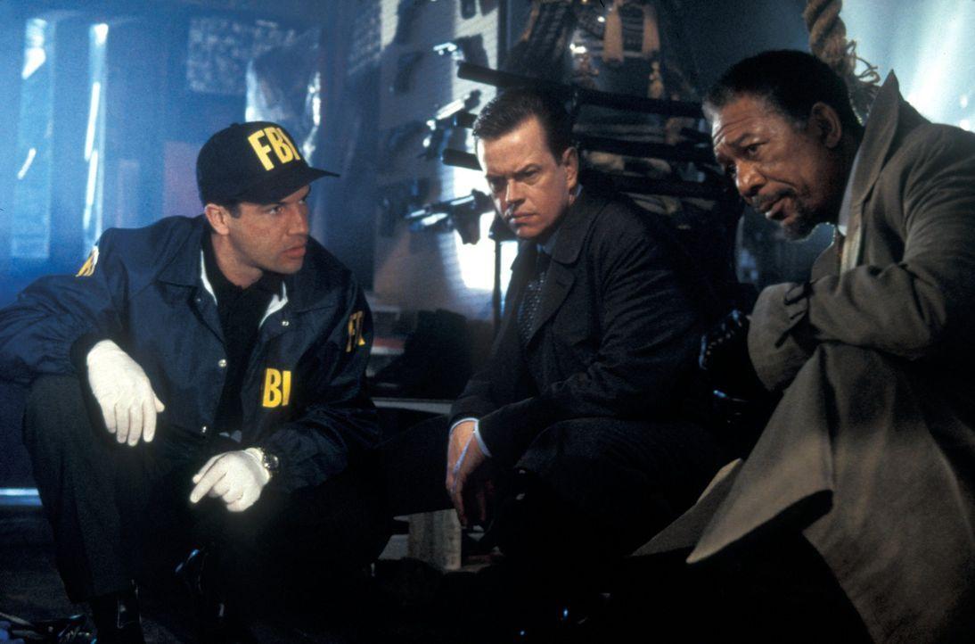 Innerhalb kurzer Zeit wird Ollie McArthur (Dylan Baker, M.) und Dr. Alex Cross (Morgan Freeman, r.) klar, dass die Entführung der Schülerin mit den... - Bildquelle: Joseph Lederer 2001 Paramount Pictures
