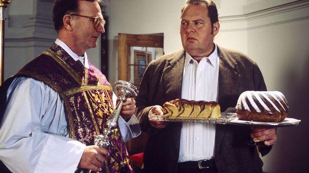 Benno (Ottfried Fischer, r.) will den Kuchen für das Gemeindefest liefern, do...