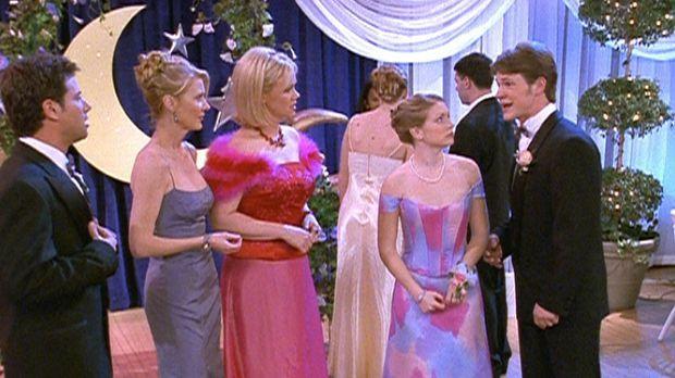 Sabrina (Melissa Joan Hart, 2.v.r.) will es sowohl ihren Tanten Zelda (Beth B...