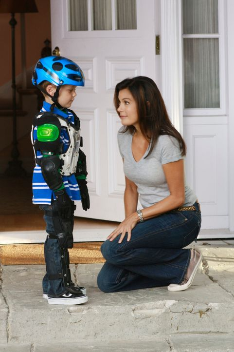 M.J. (Mason Vale Cotton, l.) ist traurig, dass sein Vater keine Zeit hat ihm das Fahrradfahren beizubringen. Susan (Teri Hatcher, r.) versucht alles... - Bildquelle: ABC Studios