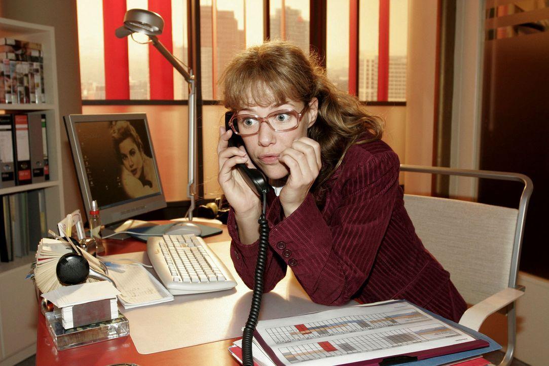 David setzt am Telefon Lisa (Alexandra Neldel) unter Druck und fordert von ihr schnelle Ergebnisse. (Dieses Foto von Alexandra Neldel darf nur in Zu... - Bildquelle: Sat.1