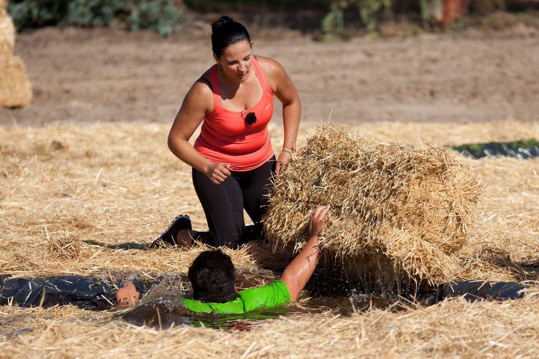 Kann Shahin seinen inneren, bequemen Schweinehund überwinden? Silke (stehend) versucht ihn immer wieder zu motivieren, alles zu geben ... - Bildquelle: Enrique Cano SAT.1
