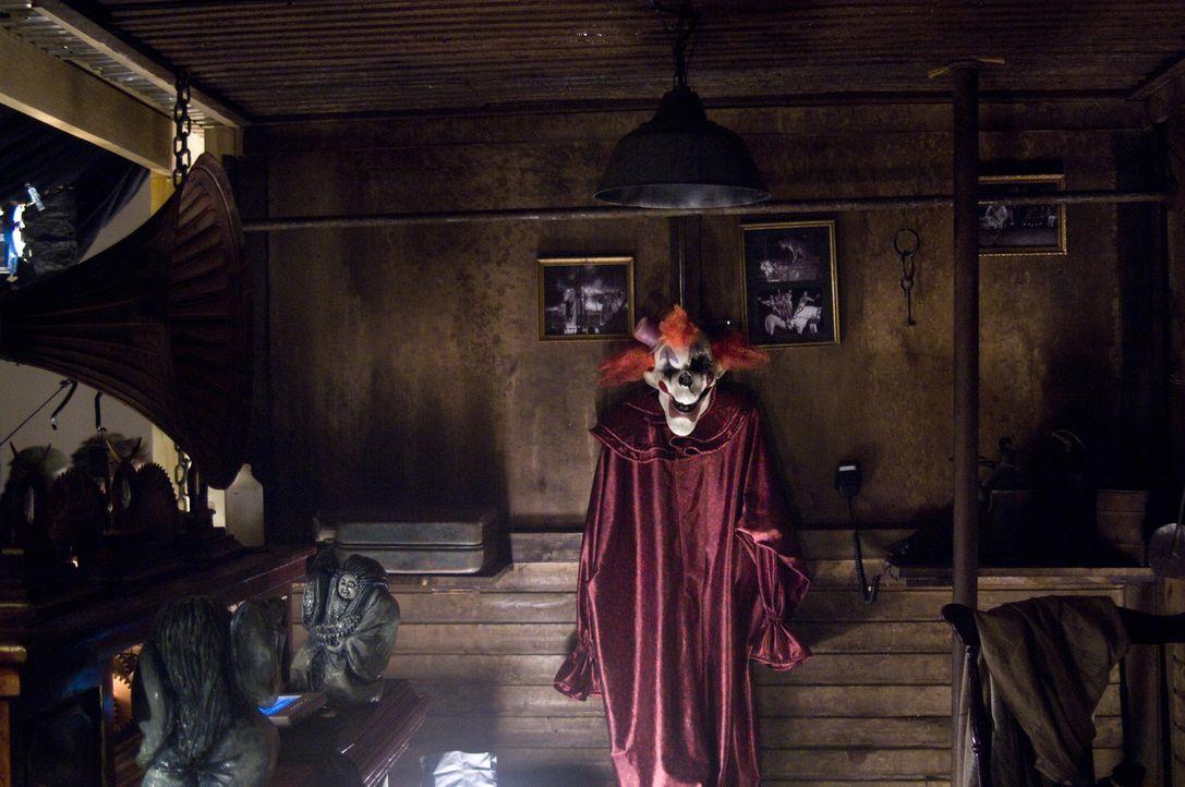 Schon bald muss Tabitha erkennen, dass der Clown (Keir O'Donnell) keineswegs eine Puppe ist, sondern Killer, der ihr nach dem Leben trachtet ... - Bildquelle: 2009 Warner Bros.