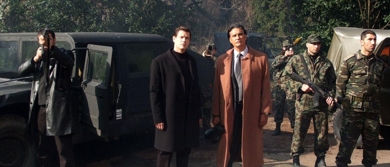 Wer belügt Mike Riggins am häufigsten? US-Strippenzieher Connelly (Michael Paré, 2.v.l.), Trent Robbins (James Chalke, 3.v.l.) oder General Drago (B... - Bildquelle: Nu Image