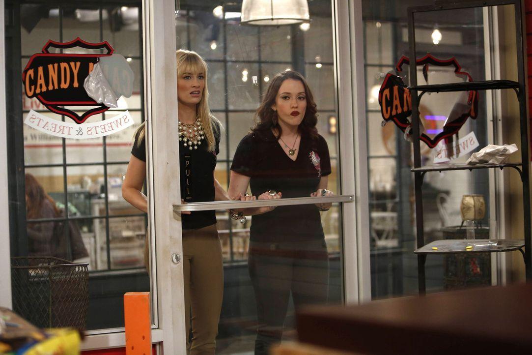 Max (Kat Dennings, r.) und Caroline (Beth Behrs, l.) können es nicht glauben, der Süßwarenladen von Candy Andy ist tatsächlich geschlossen ... - Bildquelle: Warner Bros. Television