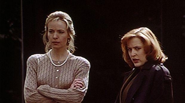 Judy Bishop (Dey Young, l.) erzählt der FBI-Agentin Dana (Gillian Anderson, r...