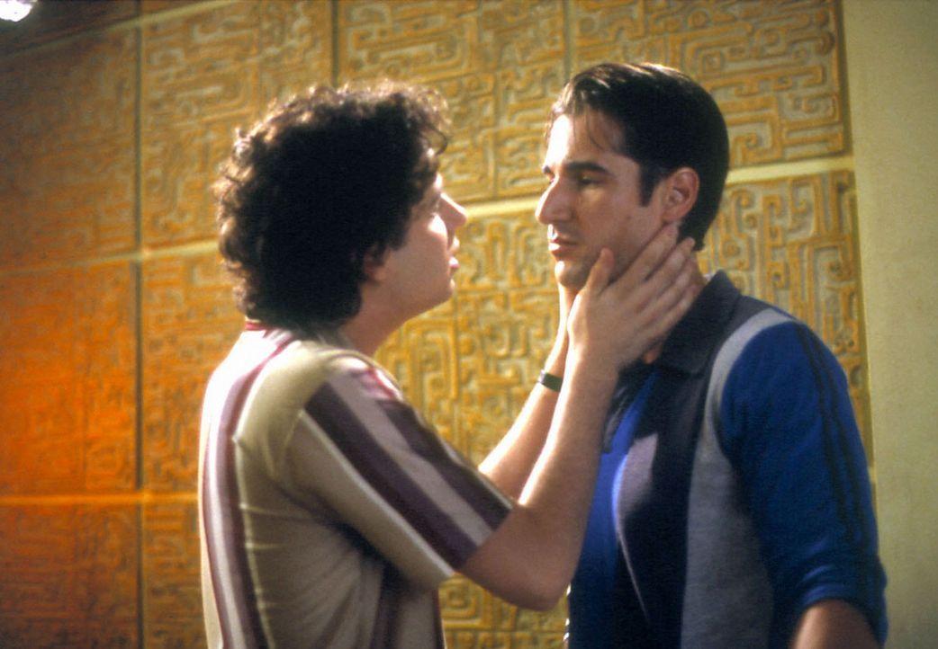 Nino (Peter Miller, r.) und Angelo (Luke Kirby, l.) sind schwul und haben das Versteckspiel satt. Doch es ist nicht leicht der strenggläubigen Ital... - Bildquelle: Samuel Goldwyn Films