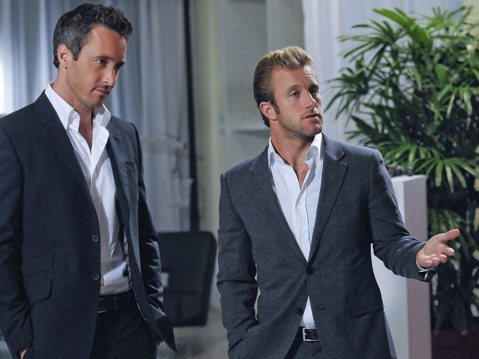 Der Polizist Meka, ein ehemaliger Kollege von Danny (Scott Caan, r.), wird auf grausame Weise ermordet. Steve (Alex O'Loughlin, l.) und sein Team ve... - Bildquelle: TM &   2010 CBS Studios Inc. All Rights Reserved.