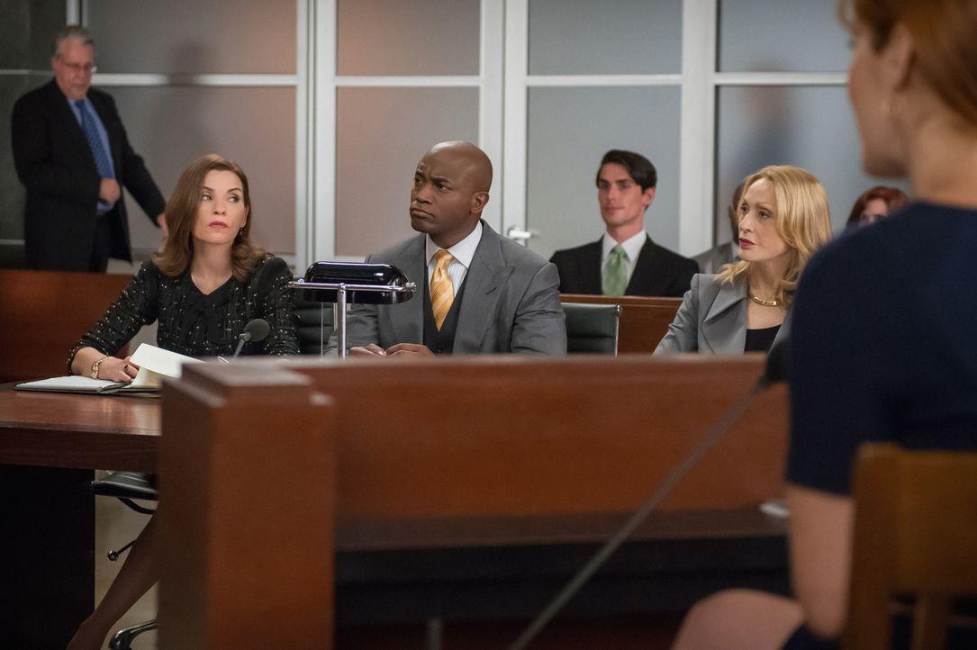 Alicia (Julianna Margulies, l.) und Dean (Taye Diggs, M.) vertreten eine Klientin, Camilla Vargas (Jan Maxwell, r.), die ihren ehemaligen Arbeitgebe... - Bildquelle: Jeff Neumann 2014 CBS Broadcasting Inc. All Rights Reserved.