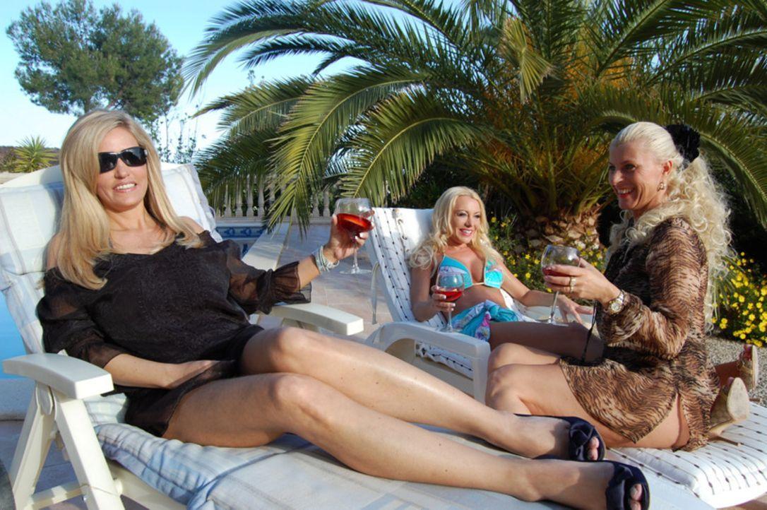 In der Mode-Metropole Düsseldorf genießen Nina Kristin (M.), Jasna, Ines (r.) und Michaela (l.) das Leben der Reichen und Schönen. Auch wenn nich... - Bildquelle: sixx