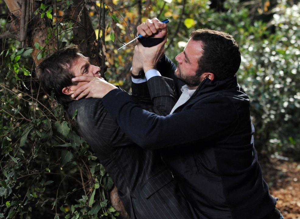 Es kommt zum Kampf auf Leben und Tod zwischen Martin (Eric Close, l.) und Elber (Amad Tarabay, r.) ... - Bildquelle: Warner Bros. Entertainment Inc.