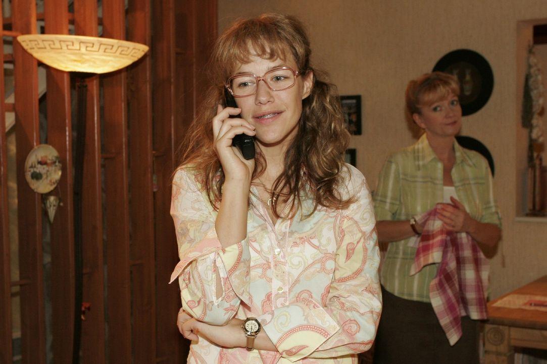 Lisa (Alexandra Neldel, l.) bekommt von David den erlösenden Anruf und ist glücklich, dass scheinbar nur sie sein Vertrauen hat. (Dieses Foto von Al... - Bildquelle: Monika Schürle Sat.1