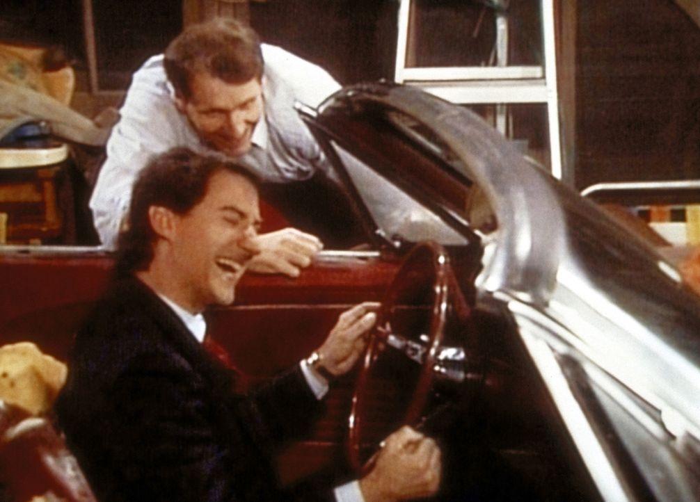 Al (Ed O'Neill, hinten) und Steve (David Garrison) können ihre Freude über ihren neuen Ford Mustang nicht mehr bremsen. - Bildquelle: Sony Pictures Television International. All Rights Reserved.