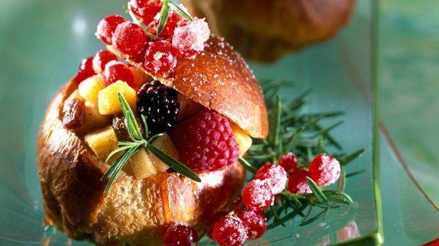Brioche mit Beeren zum Frühstück