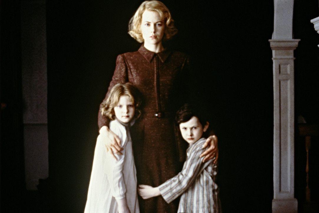 Isoliert und einsam lebt die strenggläubige Grace (Nicole Kidman, M.) in einem unheimlichen viktorianischen Anwesen, wo sie ihre beiden Kinder Anne... - Bildquelle: Miramax Films
