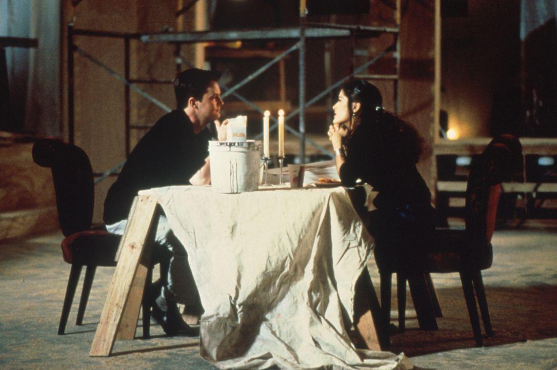 Rein logisch passen Isabel Fuentes (Salma Hayek, r.) und Alex Whitman (Matthew Perry, l.) überhaupt nicht zusammen. Aber was hat Liebe schon mit Log... - Bildquelle: Columbia Tri-Star