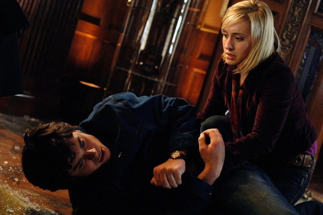 Nicht nur Lana hat wegen Clarks (Tom Welling, l.) merkwürdigen Verhalten Angst um ihn. Auch Chloe (Allison Mack, r.) sorgt sich ... - Bildquelle: Warner Bros.