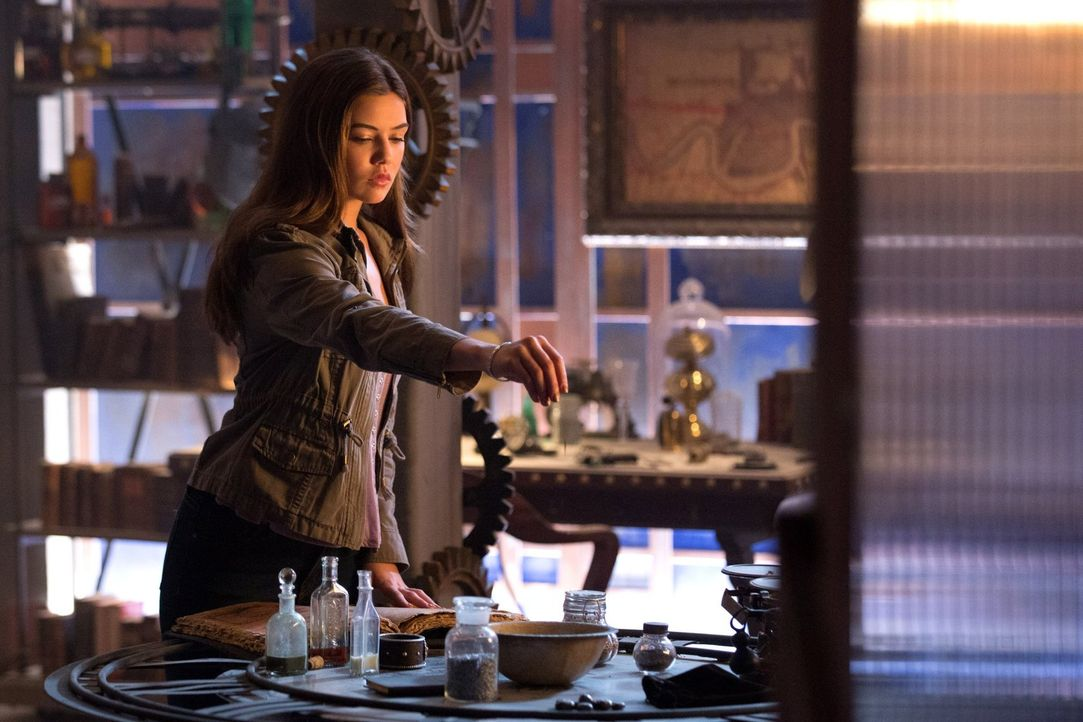 Wird die schwarze Magie, der sich Davina (Danielle Campbell) bedient, den gewünschten Erfolg haben? - Bildquelle: Warner Bros. Television