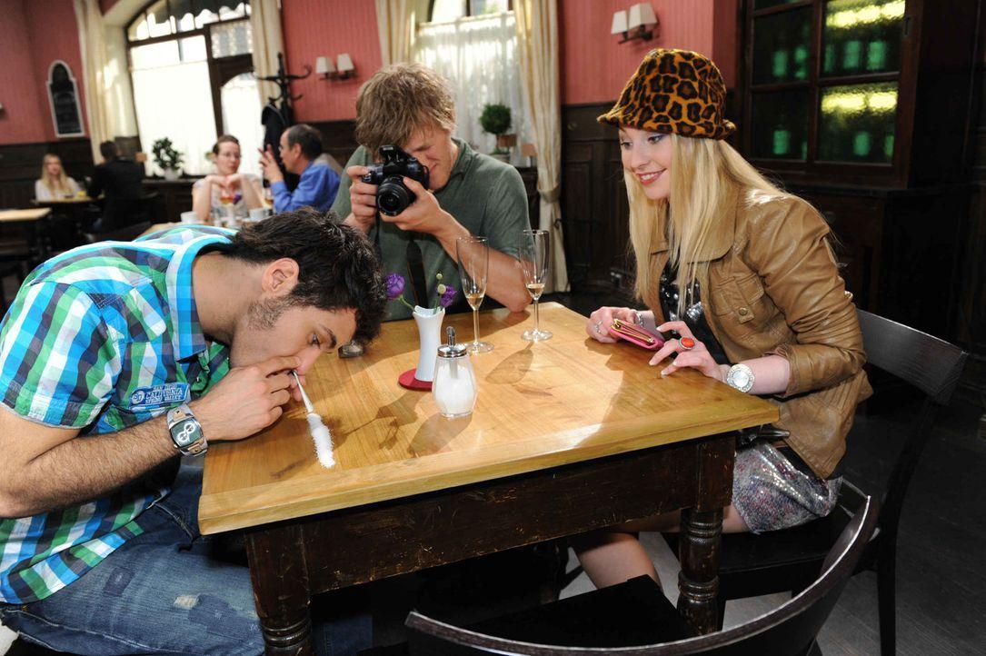 Maik (Sebastian König, l.) ist als Barbies (Anna Juliana Kletzmayer, r.) schockierender Freund noch nicht überzeugend genug. Julian (Bo Hansen, M.... - Bildquelle: SAT.1