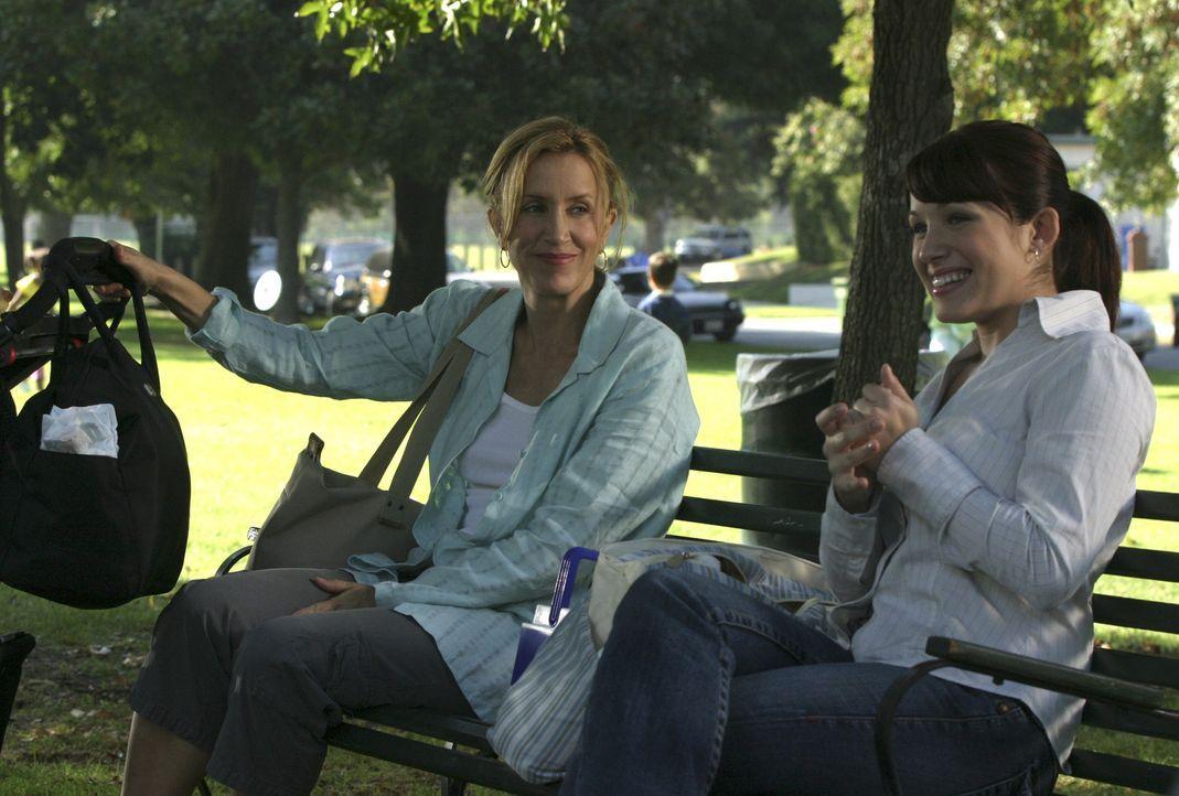 Lynette (Felicity Huffman, l.) ist auf der Suche nach einer Nanny, die sie etwas entlastet. Als sie Claire (Marla Sokoloff, r.) findet, setzt sie al... - Bildquelle: Touchstone Pictures