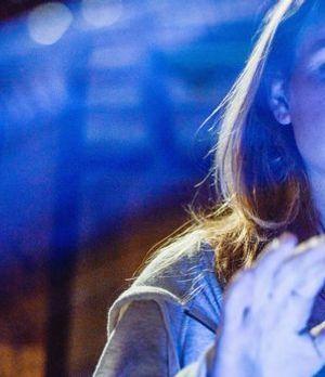 Erleidet einen unerklärlichen Anfall: Angie (Britt Robertson) ...