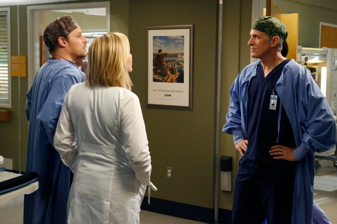 Alex (Justin Chambers, l.) assistiert gemeinsam mit Arizona (Jessica Capshaw, M.) dem Chirurgen Dr. Oliver Lebackes (Patrick Fabian, r.) beim Eingri... - Bildquelle: ABC Studios
