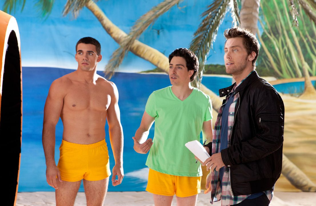 Fred (Ben Feldman, M.) bekommt eine Rolle in einem Werbespot. Jamie (Lance Bass, r.) erklärt ihm seine Aufgabe ... - Bildquelle: 2011 Sony Pictures Television Inc. All Rights Reserved.