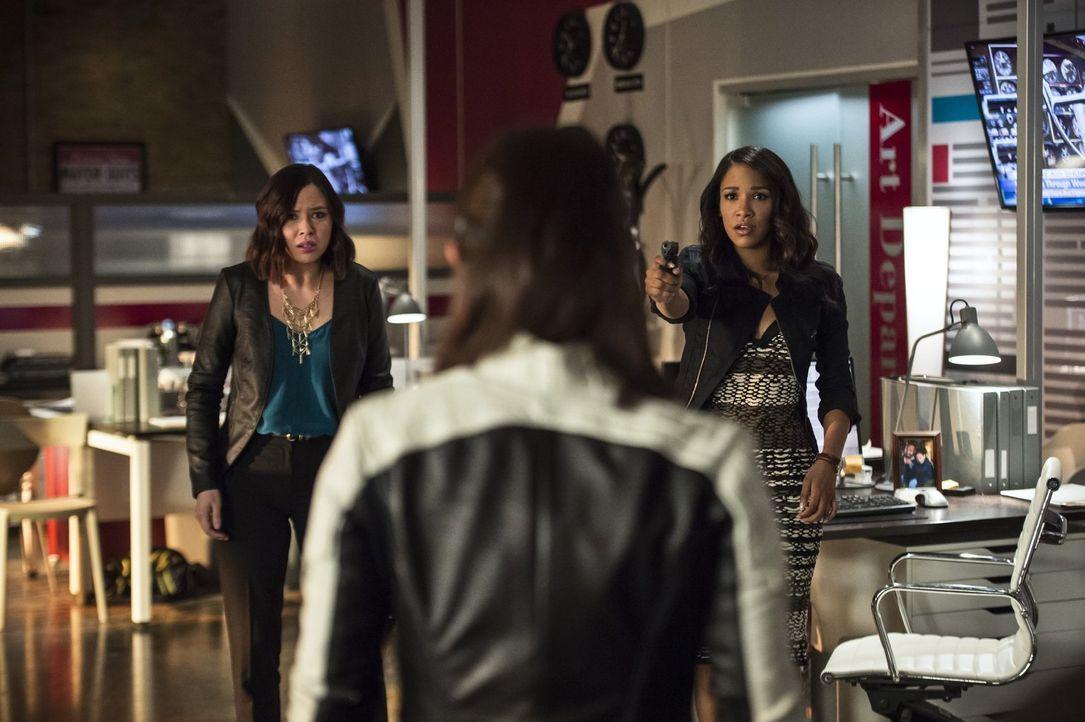 Linda (Malese Jow, l.) und Iris (Candice Patton, r.) sind geschockt, als ihnen bewusst wird, wer sie in ihrem Büro angreift ... - Bildquelle: 2015 Warner Brothers.