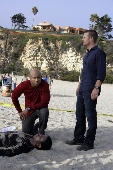 Das Haus eines Drogendealers wird überfallen und eine Menge Geld wird gestohlen. Zwei Tote bleiben zurück. Special Agent Callen (Chris O'Donnell, r.... - Bildquelle: CBS Studios Inc. All Rights Reserved.
