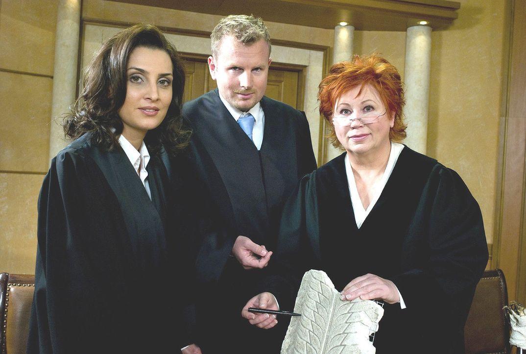 Richterin Barbara Salesch (r.) mit den Rechtsanwälten Karsten Dusse (M.) und Tijen Adar (l.) - Bildquelle: Stefan Menne Sat.1