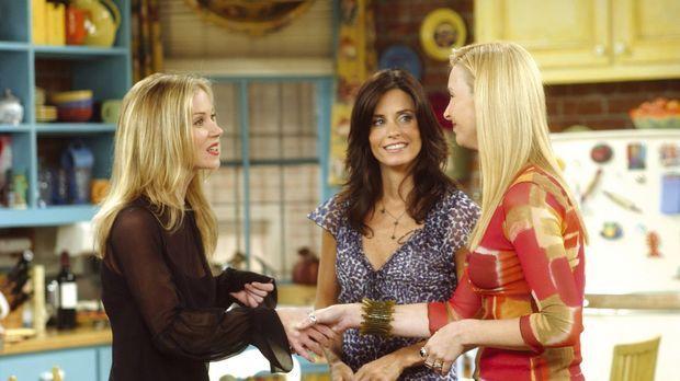Phoebe (Lisa Kudrow, r.) und Monica (Courteney Cox, M.) können nicht glauben,...