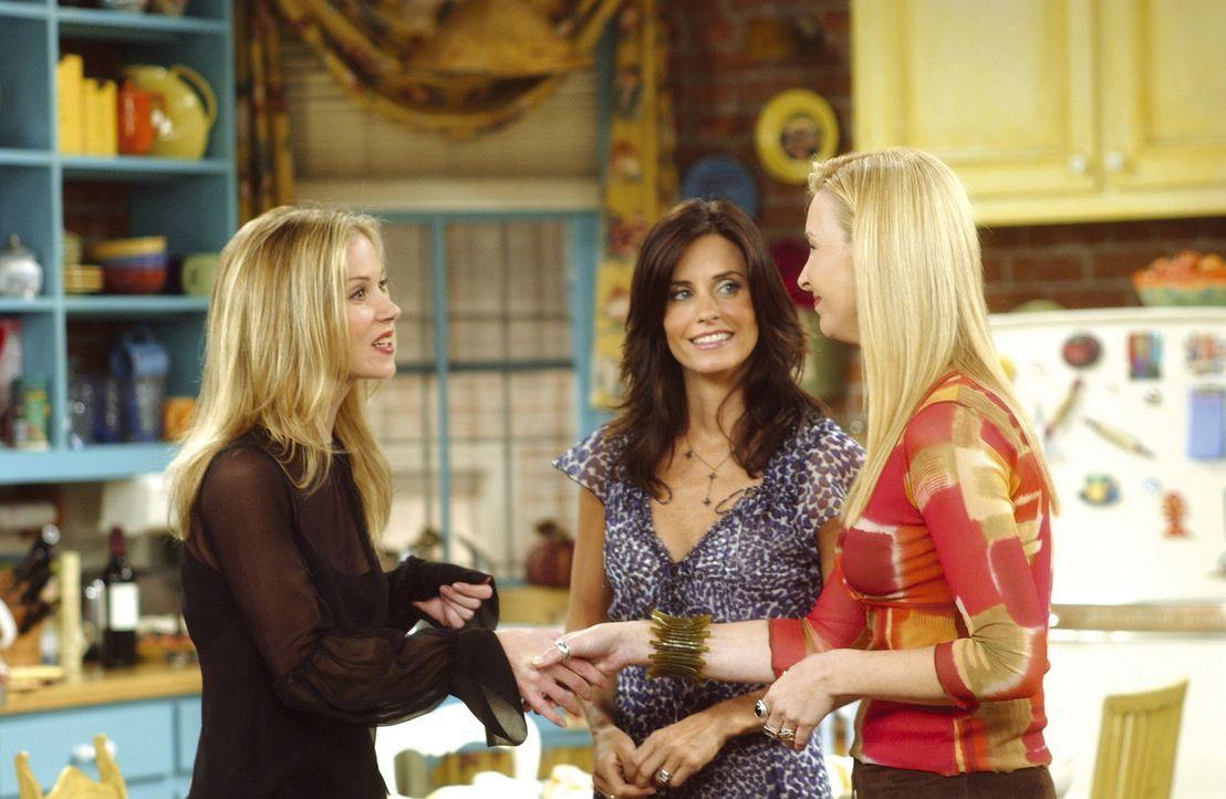 Phoebe (Lisa Kudrow, r.) und Monica (Courteney Cox, M.) können nicht glauben, dass Rachels Schwester Amy (Christina Applegate, l.) urplötzlich aus... - Bildquelle: TM+  2000 WARNER BROS.