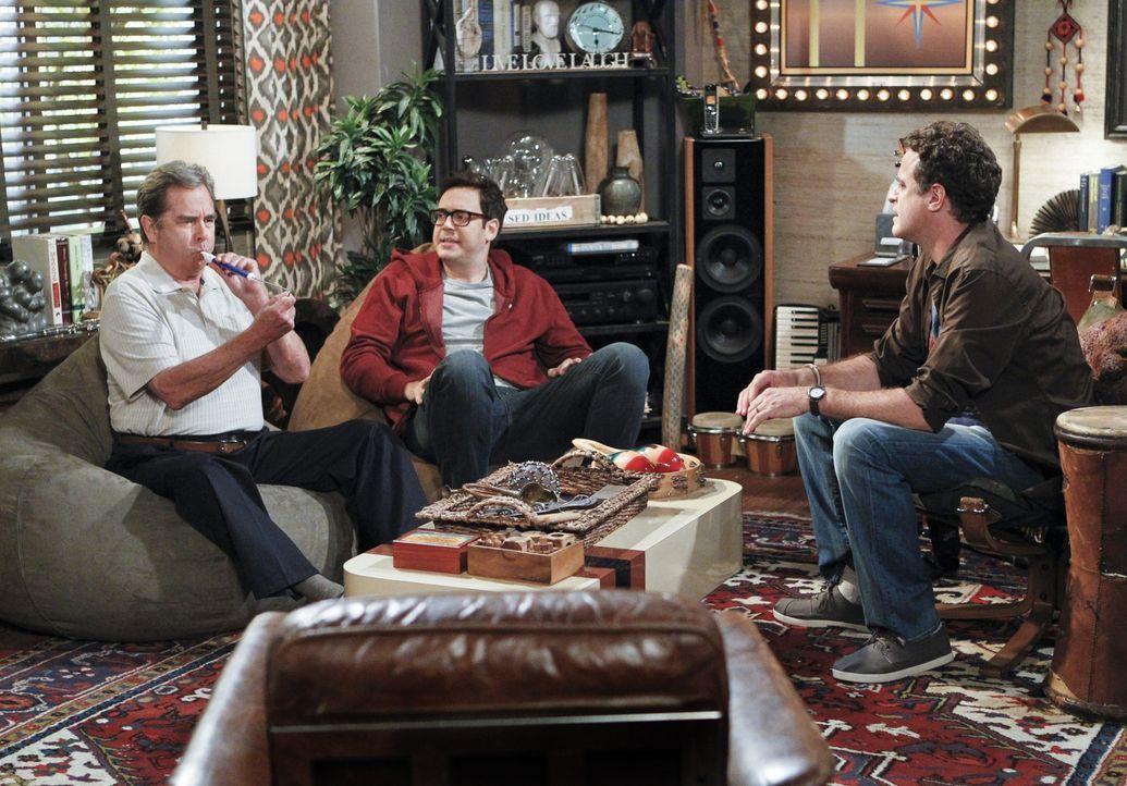 Der Psychotherapeut Dr. Johnson (Matt Besser, r.) muss helfen. Bei Tom (Beau Bridges, l.) und Adam (Nelson Franklin, M.) scheint die Sitzung erste E... - Bildquelle: 2013 CBS Broadcasting, Inc. All Rights Reserved.