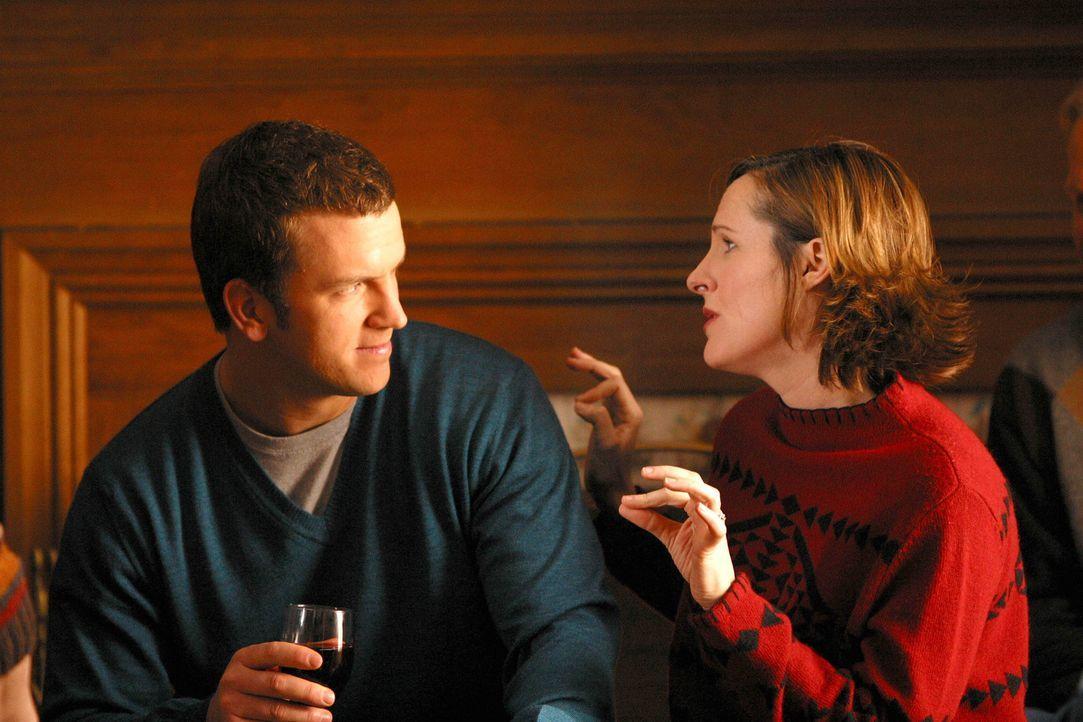 Pensionswirtin Linda Berringer (Molly Shannon, r.) macht Mike Burton (Josh Randall, l.) das Leben schwer. - Bildquelle: Paramount
