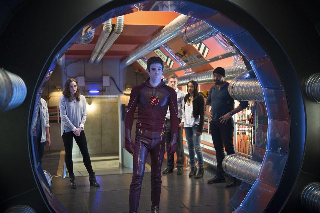 Dieser Tag wird im Leben von Cisco, Caitlin (Danielle Panabaker, l.), Barry alias The Flash (Grant Gustin, 2.v.l.), Eddie (Rick Cosnett, M.), Iris (... - Bildquelle: Warner Brothers.
