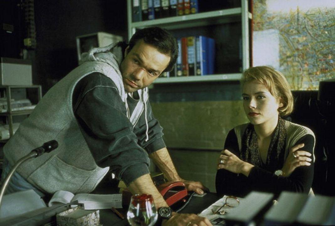 Tom Geiger (Hannes Jaenicke, l.) hilft der Staatsanwältin Irene Starnow (Jennifer Nitsch, r.) ... - Bildquelle: York Maecke ProSieben