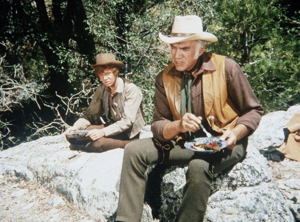Jamie (Mitch Vogel, l.) begleitet Ben Cartwright (Lorne Greene, r.) auf einem Inspektionsritt über die Ponderosa. - Bildquelle: Paramount Pictures